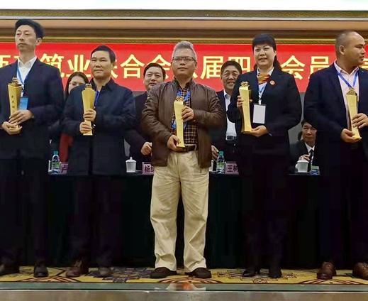 集團副總裁郭明合(中)代表領獎